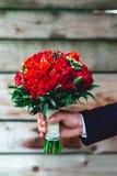 豪华婚礼花束由红色牡丹和玫瑰做成 免版税库存照片