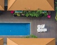 豪华室外游泳池 免版税图库摄影