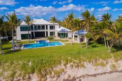 豪华家天线在Boynton使FL美国靠岸 免版税库存照片