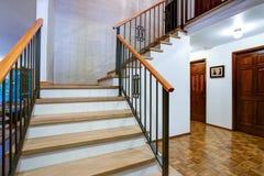 豪华家庭内部有入口走廊的看法 免版税库存照片