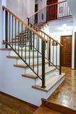 豪华家庭内部有入口走廊的看法 库存照片