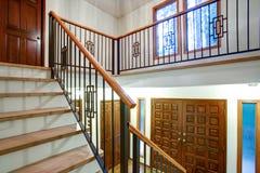 豪华家庭内部有入口走廊的看法 库存图片