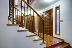 豪华家庭内部有入口走廊的看法 图库摄影