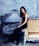 豪华家庭内部的,灰色等级的神仙的卧室秀丽年轻深色的妇女  免版税库存照片
