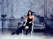 豪华家庭内部的,灰色颜色的神仙的卧室,富有的生活方式概念秀丽年轻深色的妇女 图库摄影