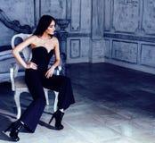 豪华家庭内部的,灰色颜色的神仙的卧室,富有的生活方式概念秀丽年轻深色的妇女 免版税库存图片