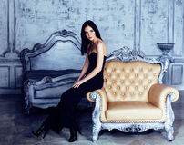 豪华家庭内部的,神仙的卧室灰色时髦秀丽年轻深色的妇女 库存照片