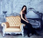 豪华家庭内部的,神仙的卧室灰色时髦秀丽年轻深色的妇女 免版税库存照片