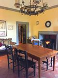 豪华家庭别墅的美好的时髦和昂贵的内部 免版税库存图片