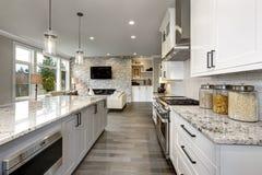 豪华家庭现代内部的美丽的厨房与海岛和不锈钢椅子 免版税库存照片