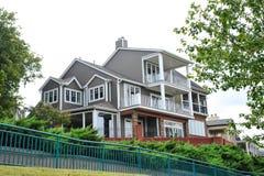 豪华小山顶现代维多利亚女王时代的样式豪宅 免版税图库摄影