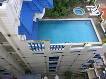 豪华屋顶水池 旅馆的屋顶的游泳场 免版税库存照片
