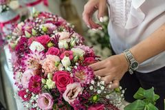 豪华巴洛克式的内部的美丽的新娘 ?? 免版税图库摄影