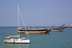豪华帆船、渔和货船在船锚在吉布提港  免版税图库摄影