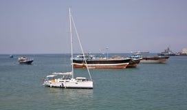 豪华帆船、渔和货船在船锚在吉布提港  图库摄影