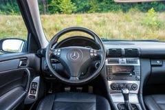 豪华德国汽车内部, 6变速杆,温度控制,仪表板单位 免版税图库摄影