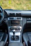 豪华德国汽车内部, 6变速杆,温度控制,仪表板单位 免版税库存照片
