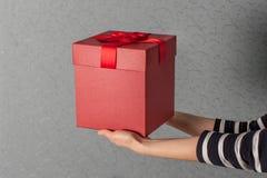 豪华情人节礼物在蓝色背景的妇女手上 节日礼物的概念 库存图片