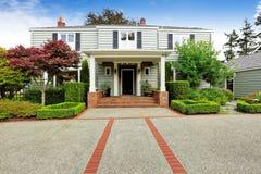 豪华房地产在塔科马, WA 与砖修剪的入口门廊 免版税图库摄影