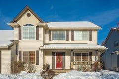 豪华房子入口有前院的雪的 库存图片