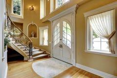 豪华房子内部。入口走廊 免版税库存照片