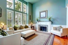 豪华房子内部。典雅的客厅 免版税库存图片