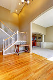 豪华房子内部 与楼梯的休息室 库存图片