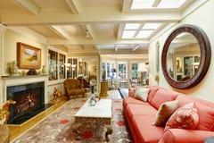 豪华房子内部 恰好用装备的客厅 免版税库存图片