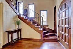 豪华房子内部 有楼梯的入口走廊 库存图片