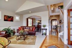 豪华房子内部 有皮革长沙发的客厅 库存照片