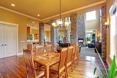 豪华房子内部 用餐玻璃空间圆桌的接近的刀叉餐具 库存照片