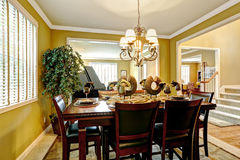 豪华房子内部 Served餐桌在明亮的屋子里 库存图片