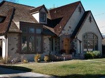 豪华房子和前院 免版税库存照片