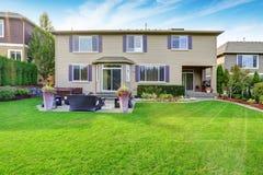 豪华房子外部与印象深刻的后院风景设计 免版税库存图片