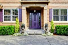 豪华房子外部 与紫色门的入口门廊 免版税库存图片