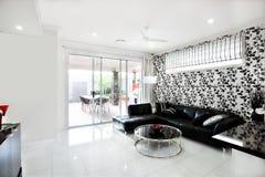 豪华房子现代客厅内部有藤装饰的 库存图片