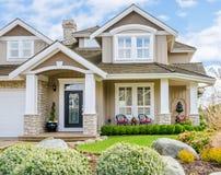 豪华房子的入口在一个晴天 免版税图库摄影