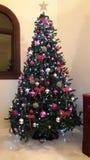 豪华房子的圣诞树紫色创造性的装饰 免版税库存照片