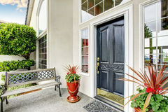 豪华房子词条方式外部与具体地板门廊 库存图片