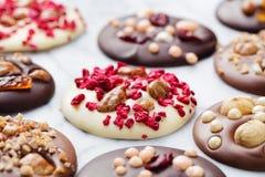 豪华手工制造巧克力mediants,曲奇饼,叮咬 传统法国圣诞节点心 库存照片