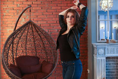 豪华扶手椅子的美丽的岩石妇女 免版税库存照片