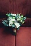 豪华新娘花束由白玫瑰和康乃馨制成 库存照片