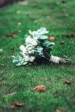 豪华新娘花束由白玫瑰和康乃馨制成 免版税图库摄影