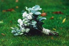 豪华新娘花束由白玫瑰和康乃馨制成 图库摄影