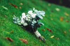 豪华新娘花束由白玫瑰和康乃馨制成 库存图片
