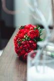 豪华新娘花束由英国兰开斯特家族族徽和牡丹制成 免版税库存照片