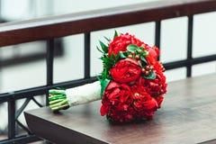 豪华新娘花束由英国兰开斯特家族族徽和牡丹制成 免版税图库摄影
