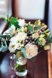 豪华新娘花束由英国兰开斯特家族族徽和牡丹制成 库存图片