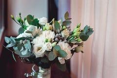 豪华新娘花束由英国兰开斯特家族族徽和牡丹制成 免版税库存图片