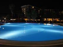 豪华旅游胜地有美好的水池和照明夜视图 免版税图库摄影